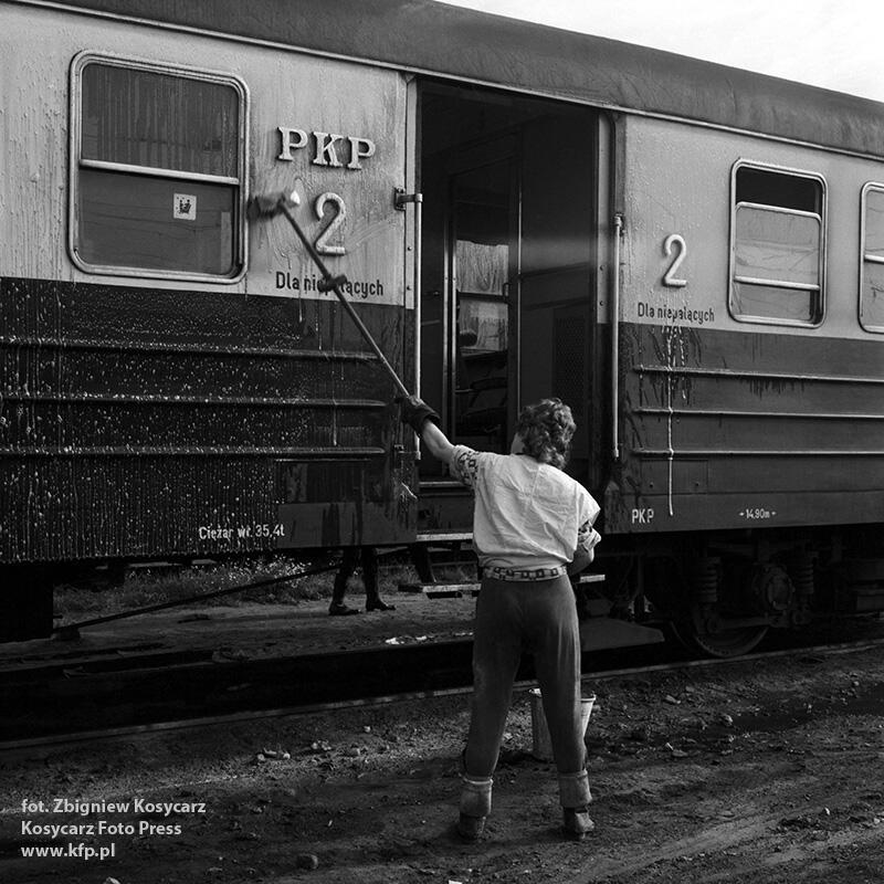 Wrzesień 1975 r. Nowe wagony, które zastąpiły modraki  podczas kosmetyki