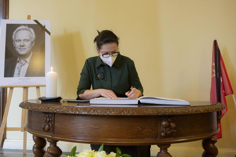 W czwartek, 4 marca, w Radzie Miasta Gdańska wyłożono księgę kondolencyjną. Śp. prof. Jerzego Limona pożegnała m.in. prezydent Gdańska Aleksandra Dulkiewicz