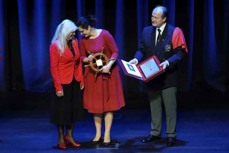 Nz. od lewej: kpt. Joanna Pajkowska - zdobyła Nagrodę Główną Rejs Roku 2019, Aleksandra Dulkiewicz - prezydent Gdańska, kadm. Czesław Dyrcz - przewodniczący jury
