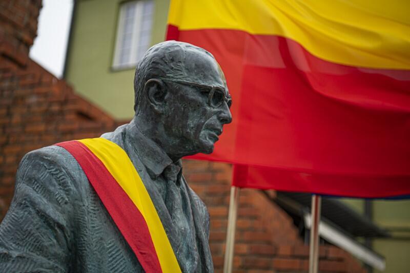 Pomnik prof. Jana Zachwatowicza przyozdobiono żółto-czerwoną szarfą, bowiem właśnie takie są barwy flagi Warszawy