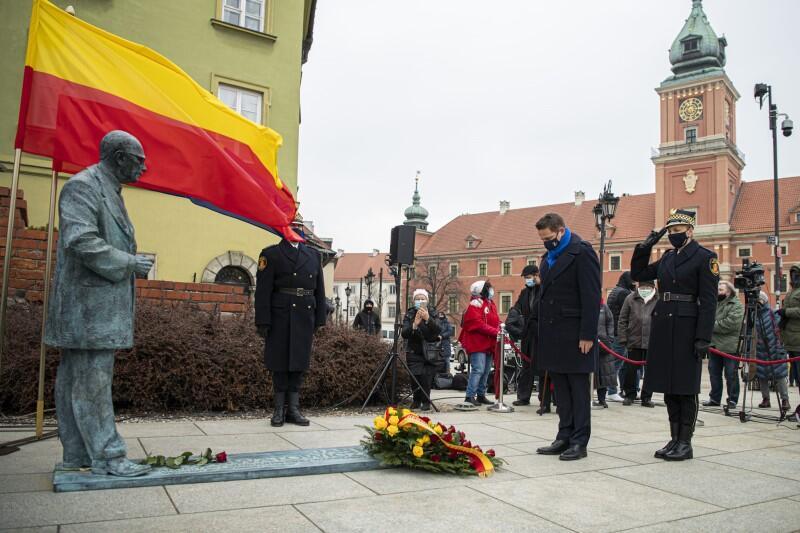 Honory oddaje prezydent Warszawy Rafał Trzaskowski. W głębi widać Zamek Królewski - pomnik znajduje się przy samym placu Zamkowym