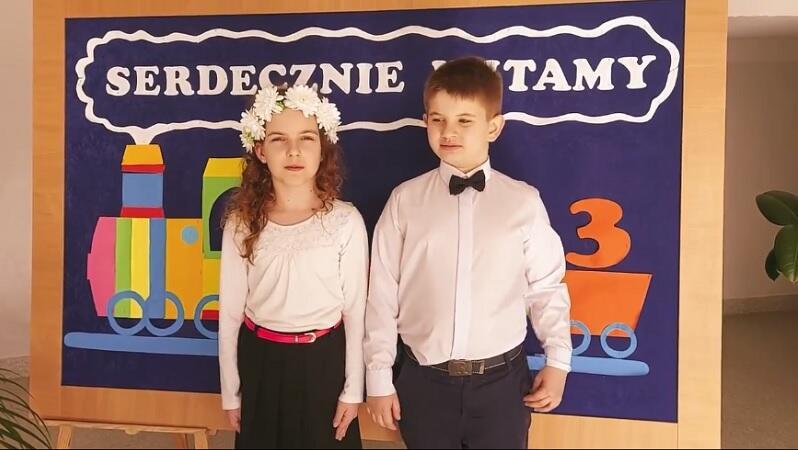 Rozalka i Julek z klasy II b, zapraszają do Szkoły Podstawowej nr 58 na Siedlcach, kadr z filmu promującego szkołę