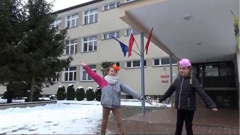 Nie za górami i lasami, lecz na Żabiance... - pierwsza scena z filmu promującego Szkołę Podstawową nr 89 w Gdańsku