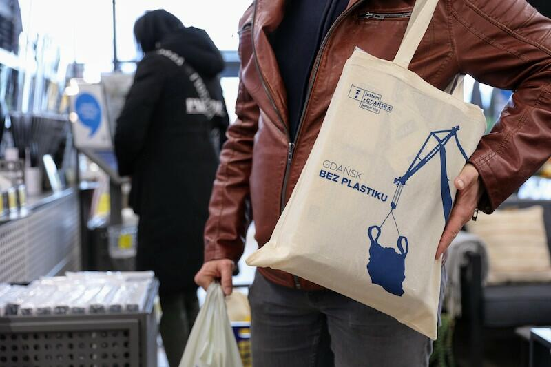 Siatki promujące akcję Gdańsk bez plastiku  podarowane będą stu pierwszym klientom, którzy zrobią zakupy w sklepie Jysk przy ul. Przywidzkiej 10