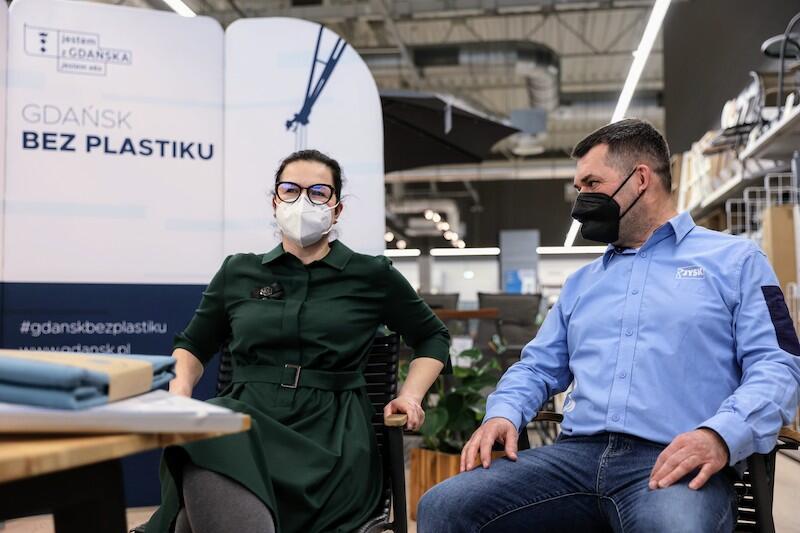 Aleksandra Dulkiewicz - prezydent Gdańska i Piotr Padalak - dyrektor generalny Jysk Polska testują ekologiczne krzesła, które wyprodukowano z plastiku wyłowionego z dna oceanu
