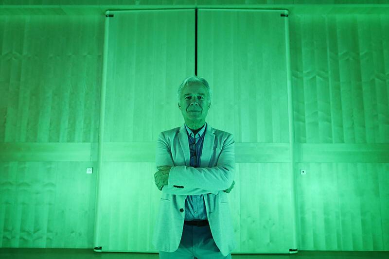 - Gdański Teatr Szekspirowski jeszcze długo, długo po śmierci prof. Jerzego Limona będzie symbolem - mówi Lew Zacharczyszyn. Nz. Profesor Limon na tle podświetlonej na zielono, charakterystycznej ściany z jasnego drewna, we wnętrzu teatru, kontrastującej z ciemną bryłą