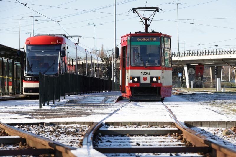 Pętla kliniczna. Dwie generacje tramwajów stopiatka  (po prawej) odchodzi na emeryturę