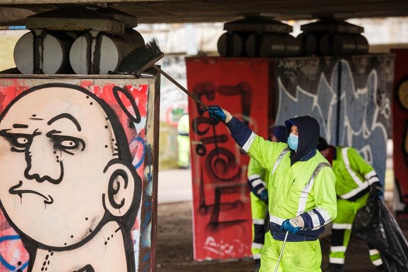 Sprzątanie w okolicy słupów wiaduktu przy ul. Klinicznej w Gdańsku