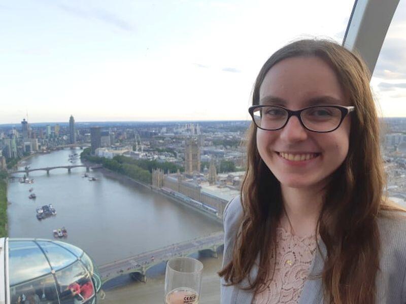 Wakacyjne staże łączą się z wieloma atrakcjami, takimi jak picie szampana w specjalnie wynajętej gondoli London Eye