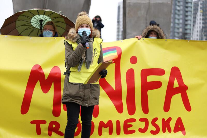 17. Manifa Trójmiejska odbyła się w przeddzień Międzynarodowego Dnia Kobiet - 7 marca. Uczestnicy zebrali się na Placu Solidarności, skąd ruszyli na Targ Drzewny pod biura PiS i dalej. Nz. Marta Szczypińska, przedstawicielka Amnesty International Trójmiasto.