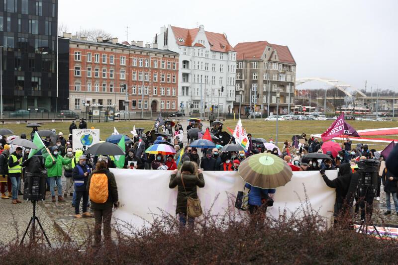 Na Placu Solidarności, gdzie rozpoczęła się Manifa Trójmiasto początkowo była niecała setka osób, ale szybko zaczęli dołączać kolejni uczestnicy
