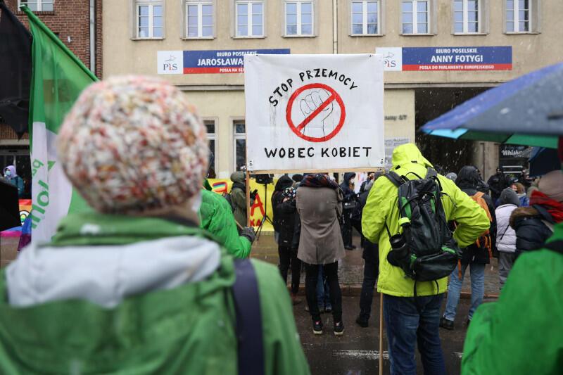 Na Targu Drzewnym, tradycyjnie pod biurami posłów PiS uczestnicy skandowali hasła przeciwko rządzącym i przywoływali postulaty znane ze Strajku Kobiet
