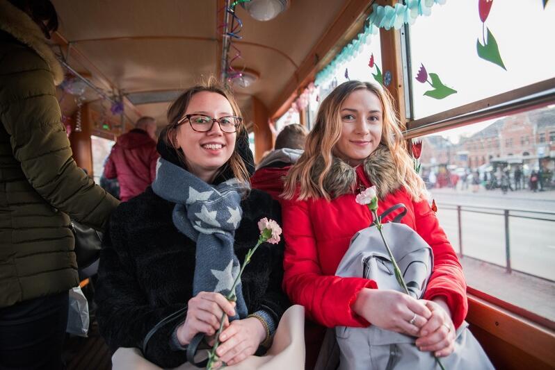 Obdarowywanie kobiet kwiatami w pojazdach komunikacji miejskiej ma wieloletnią tradycję, pandemia nie pozwala jednak na takie gesty... nz. 8 marca 2018 r.