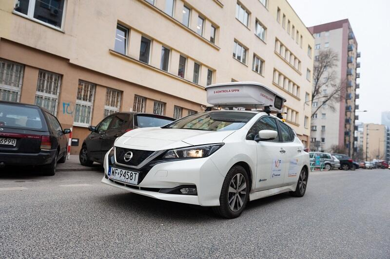 Pojazd kontroli mobilnej stref płatnego parkowania w Warszawie
