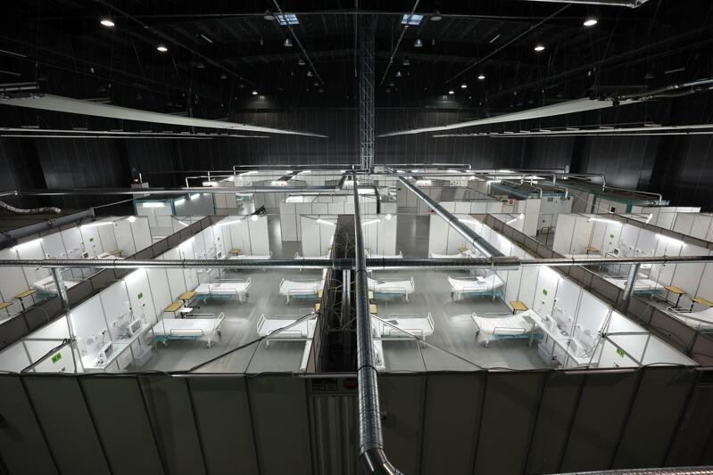 Przestrzeń w hali wystawienniczej, podzielona na boksy - w każdym z nich urządzono salę szpitalną. Sal jest kilka. Z tej perspektywy łóżek widać w sumie kilkanaście, reszta jest niewidoczna za ścianami zaimprowizowanych sal szpitalnych
