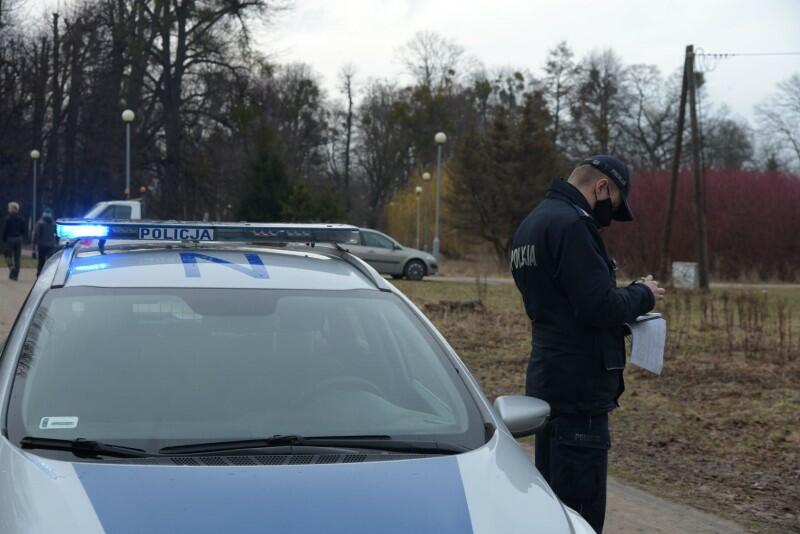 Zaalarmowana telefonicznie przez konserwatora policja natychmiast podjęła interwencję, dzięki której wycinka drzew została przerwana