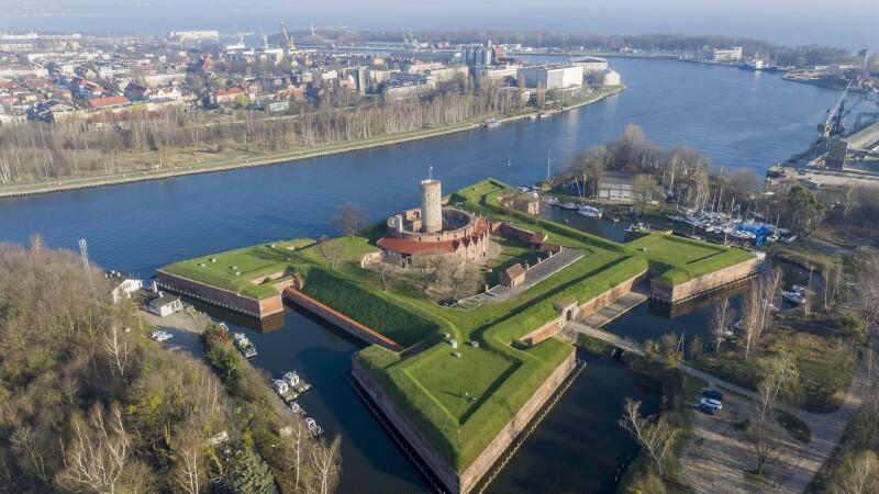 """W 2021 r. obszar fortyfikacji wraz z Szańcem Wschodnim zamieni się w zamknięty plac budowy. Od lata 2022 r. obszar fortyfikacji ma być czynny całorocznie wraz z otwarciem Centrum Turystyczno-Archeologicznego wewnątrz położonych na Szańcu """"koszar napoleońskich"""""""
