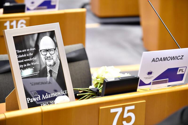 Po śmierci Pawła Adamowicza udekorowano kwiatami jego miejsce w Europejskim Komitecie Regionów