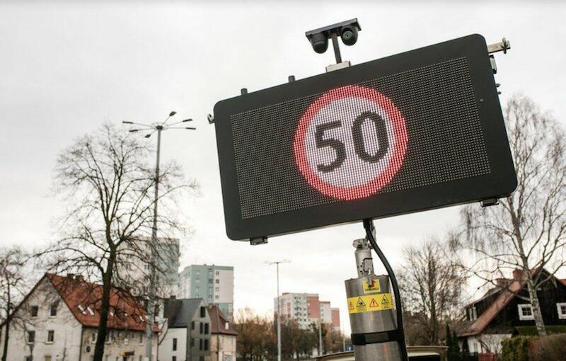 Nie tylko tradycyjne znaki, ale też tablice zmiennej treści przypominać mają o tym, że na Al. Zwycięstwa i Al. Grunwaldzkiej, od soboty 13 marca 2021 roku, obowiązuje ograniczenie prędkości do 50 km/h