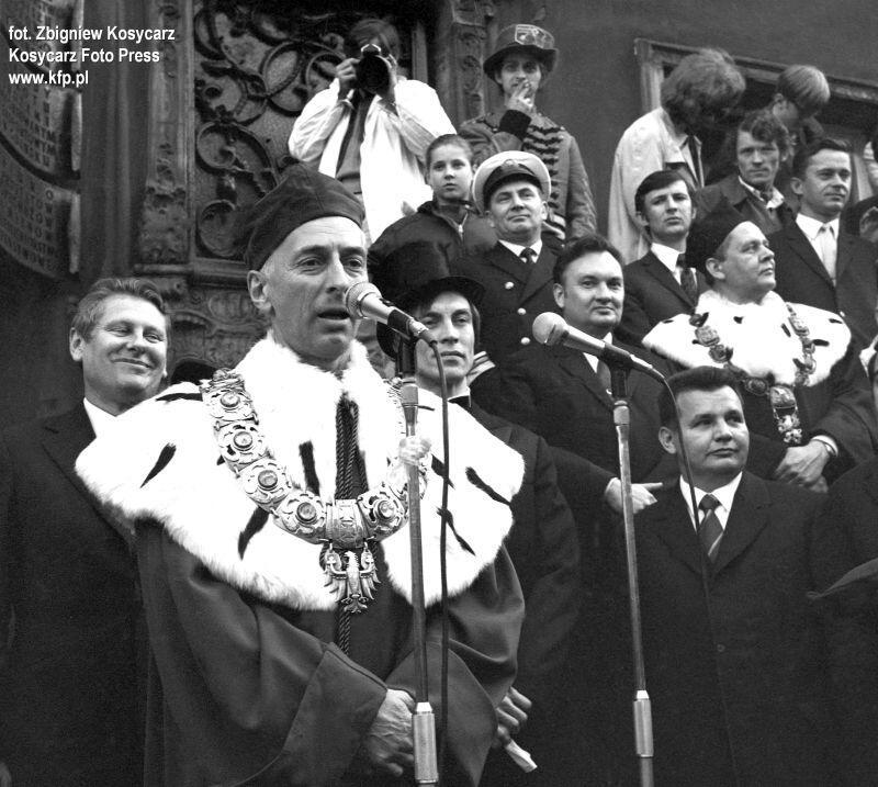 Maj 1972 r. - rektor Uniwersytetu Gdańskiego prof. Janusz Sokołowski podczas przemówienia inaugurującego Juvenalia