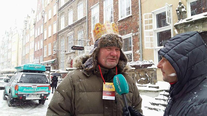 Marek Lesiński, jako organizator Orszaku Trzech Króli, udziela wypowiedzi relacjonującemu wydarzenie dziennikarzowi Radia Gdańsk, Grzegorzowi Armatowskiemu
