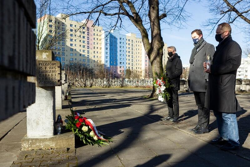 Chołd poległym oddali (od lewej): Janusz Marszalec - zastępca dyrektora Muzeum Gdańska, Piotr Grzelak - zastępca prezydent Gdańska i Marek Adamkowicz - kierownik Muzeum Poczty Polskiej