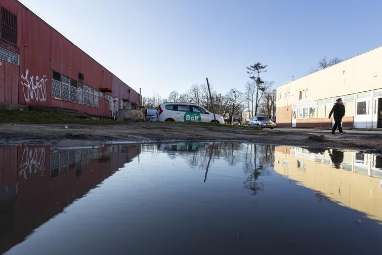 Miasto prowadzi obecnie rozmowy z właścicielami prywatnych działek przy ul. Gałczyńskiego. Chce je przejąć (w ramach zamiany), by móc uporządkować ten teren