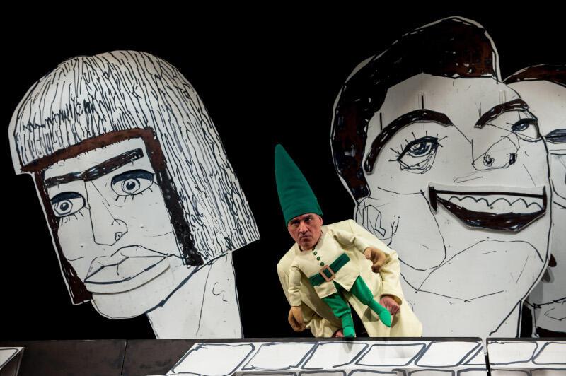 """""""Siedmiu krasnoludków"""" to pierwszy spektakl Teatru Miniatura, który zobaczymy na VOD. W kwietniu czekają nas kolejne propozycje. Nz. Andrzej Żak w roli jednego z krasnoludków"""