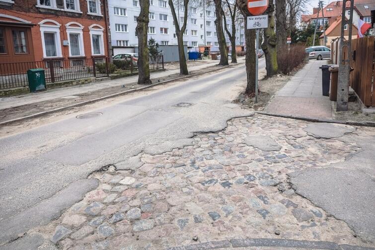 Zgodnie z wytycznymi konserwatora, wykonawca prac będzie zobligowany do wykorzystania kamienia znajdującego się pod nawierzchnią jezdni