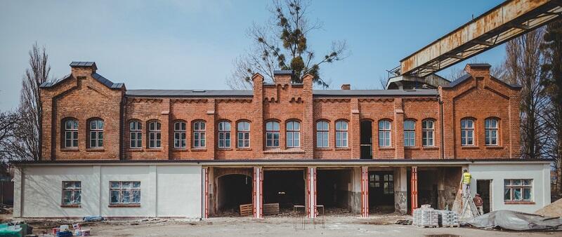 Budynek dawnej Remizy w Stoczni Cesarskiej - prace remontowe idą pełną parą, stan na koniec marca 2021 r.