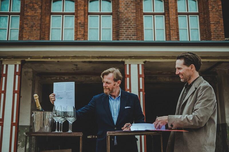 Robert Mielżyński i Gerard Schuurman - moment podpisania umowy, dzierżawa Remizy potrwa 10 lat