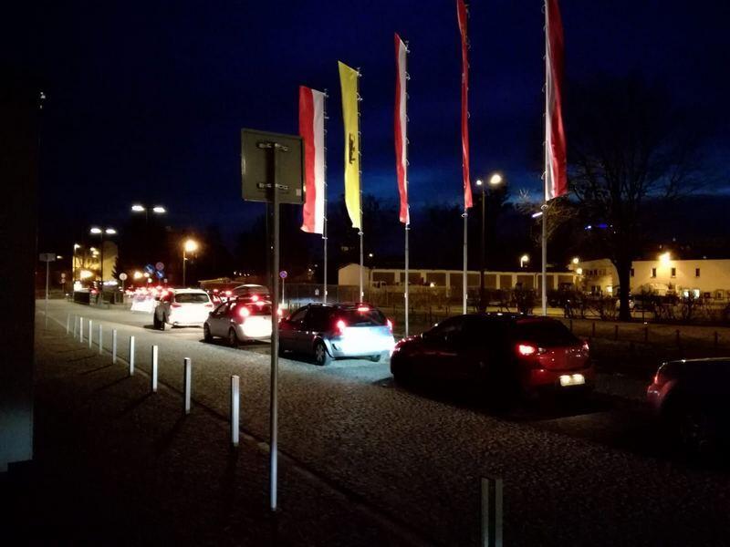 Długa kolejka samochodów z chętnymi do badania w centrum usytuowanym przy Muzeum II Wojny Światowej