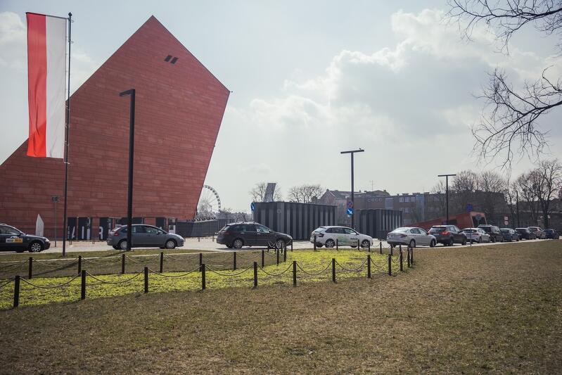 Kolejka samochodów do centrum testowego przy Muzeum II Wojny Światowej w ciągu dnia