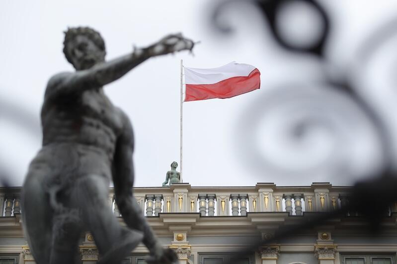 Tak naprawdę nie ma pewności, co do daty zawieszenia biało-czerwonej flagi na Dworze Artusa. Stało się to 28, 29 lub 30 marca 1945 r. za sprawą polskich żołnierzy, którzy wcześniej uczestniczyli w walkach o Gdynię