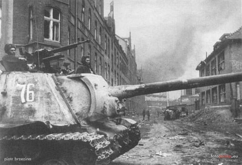 Radzieckie działo samobieżne i czerwonoarmiści na dzisiejszej ul. Jaracza (przełom marca i kwietnia 1945 r.)