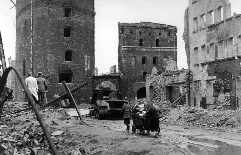 Zniszczenia wojenne i ślady bitwy na ul. Stągiewnej, przy Bramie Stągiewnej. Historyczny Gdańsk w przeważającej części został obrócony w ruinę wskutek zaciekłych walk i późniejszych podpaleń