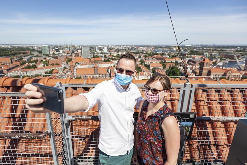 Lipiec 2020 roku - turyści z Poznania na szczycie wieży Bazyliki Mariackiej