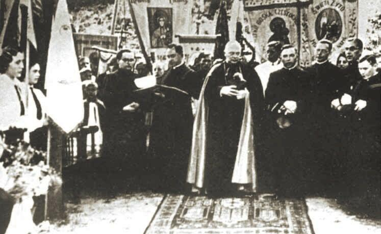 Spotkanie pożegnalne biskupa O'Rourke z polskimi kapłanami i Polonią w kościele Chrystusa Króla, 26 czerwca 1926; stoją (od lewej): ks. Marian Górecki, ks. Bronisław Komorowski, ks. bp Edward O'Rourke, ks. Franciszek Rogaczewski, ks. Stanisław Nagórski, ks. Leon Bemke, ks. Alfons Muzalewski