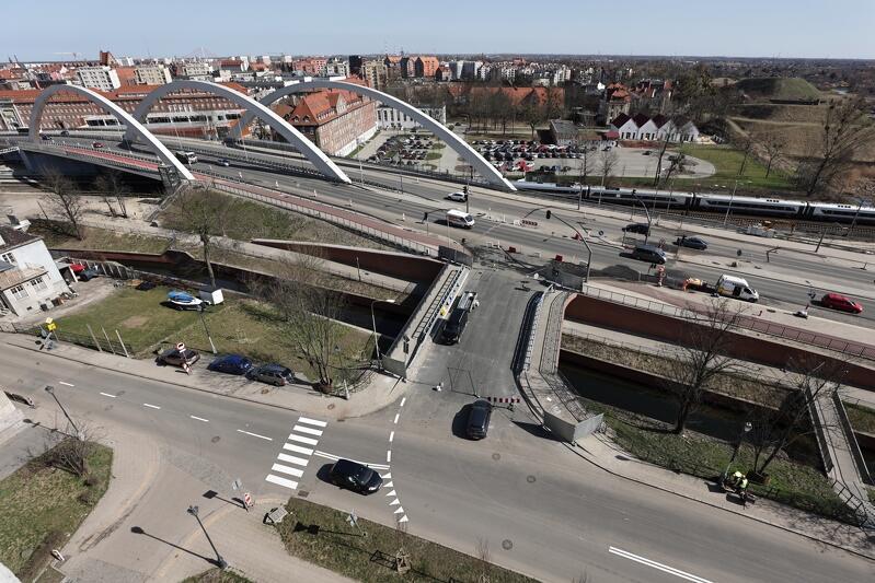 Przejazd przez most łączący Trakt św. Wojciecha z ul. Zaroślak
