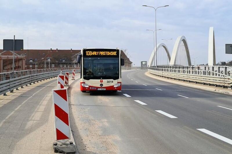 Utworzenie buspasów w Gdańsku sprawdziło się na wieku gdańskich drogach - poprawiło płynność przejazdu autobusów komunikacji miejskiej, ale też taksówek, które mają prawo korzystać z tego rozwiązania. Buspasy na Trakcie św. Wojciecha oznaczają, że łatwiej będzie dojechać też na Orunię i do Pruszcza