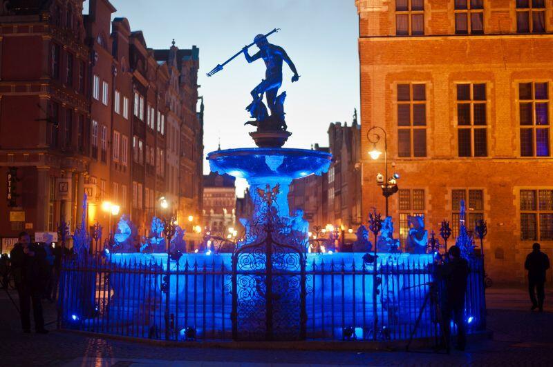 Fontanna Neptuna podświetlona na niebiesko. Tak jest od kilku lat w Gdańsku 2 kwietnia