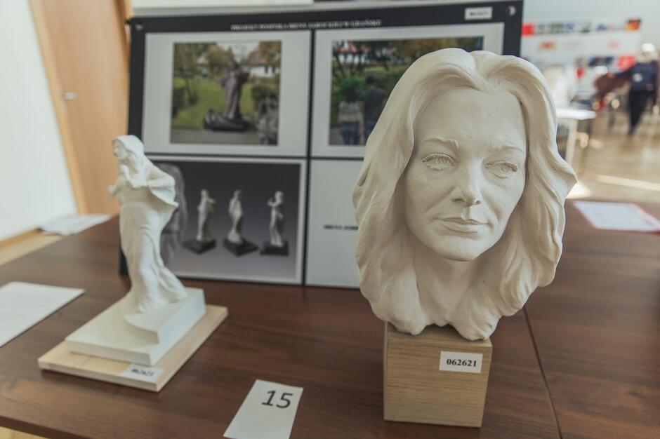 W części rzeźbiarskiej konkursu artyści przygotowywali model całego pomnika w skali 1:5 oraz model głowy Ireny Jarockiej (wyraźniejszy, z detalami) na tym pomniku