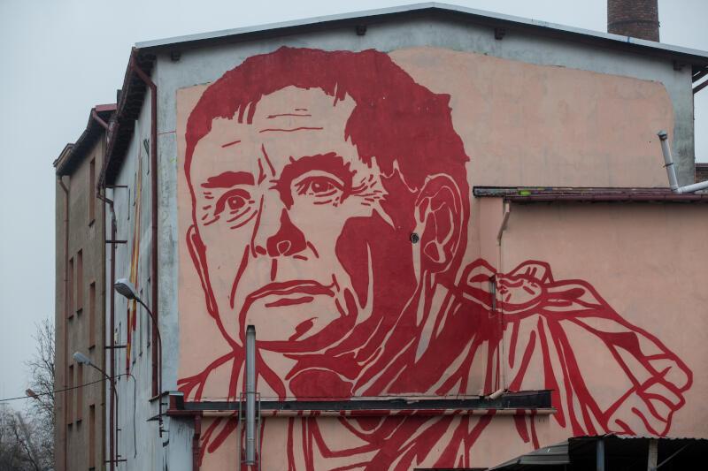 Mural przedstawiający posła Jarosława Kaczyńskiego, w roli cesarza rzymskiego, autorstwa Mariusza Warasa na budynku pracowni-galerii artystycznej WL4 w Gdańsku w 2017 roku