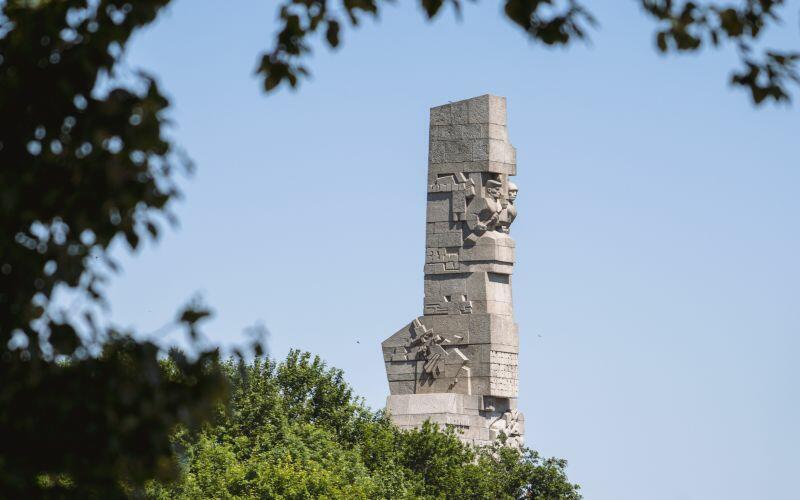 Pomnik Obrońców Wybrzeża na Westerplatte upamiętnia polskich obrońców Wybrzeża we wrześniu 1939