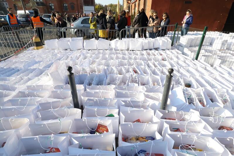 W czasie pandemii pomoc dla potrzebujących dociera w formie paczek. Nz. paczki przygotowywane przez studentów z Górki  w 2019 r.