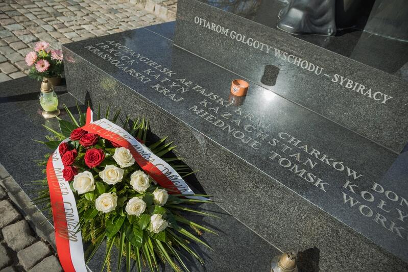 Rok temu również odbyła się uroczystość skromniejsza, niż w latach ubiegłych. Biało-czerwone wiązanki kwiatów są znakiem pamięci o 22 tys. polskich oficerów zamordowanych w niewoli na rozkaz Stalina
