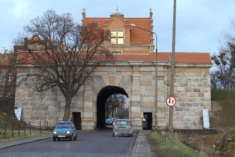 Brama pełni wciąż ważną rolę komunikacyjną, tędy wiedzie alternatywny dla Traktu św. Wojciecha wyjazd ze Śródmieścia miasta na Orunię