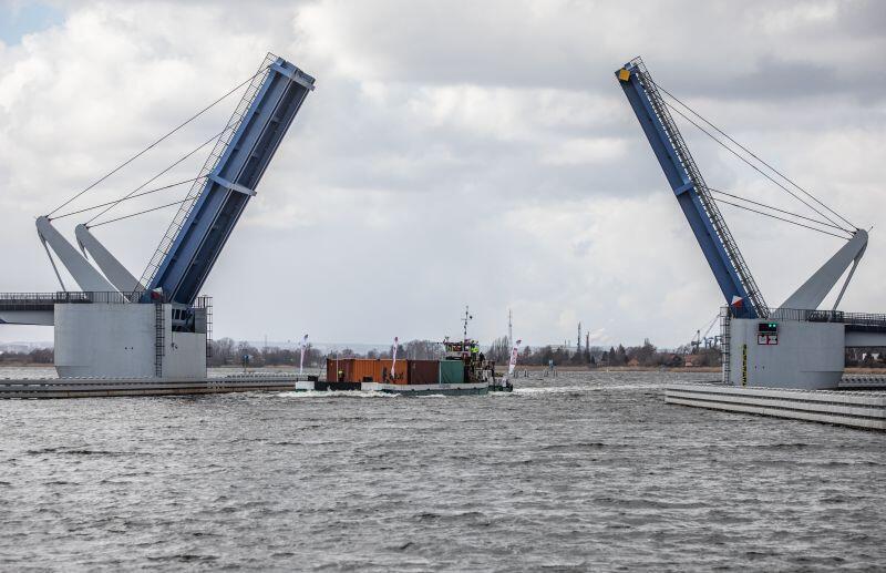 Transport kontenerowy mija most zwodzony w Gdańsku Sobieszewie