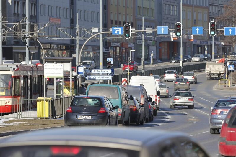 Co daje pod względem hałasu wprowadzone niedawno ograniczenie prędkości przejazdu samochodów na alei Zwycięstwa i Grunwaldzkiej? - Wyniki będą tym korzystniejsze, im lepiej uda utrzymywać płynny ruch samochodów, tak zwaną zielona falę - mówi dyrektor Maciej Lorek. Nz. ruch samochodowy w rejonie skrzyżowania ul. Grunwaldzkiej i Do Studzienki we Wrzeszczu