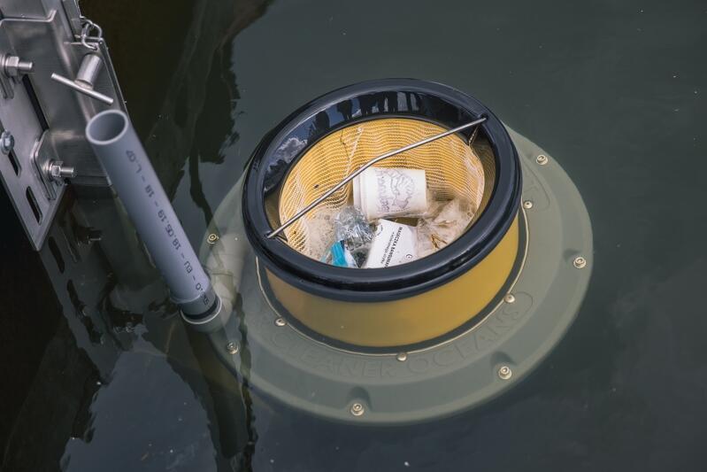 Seabin nie tylko zbiera śmieci, ale także zanieczyszczenia pływające na powierzchni wody, np. w postaci tłustych plam